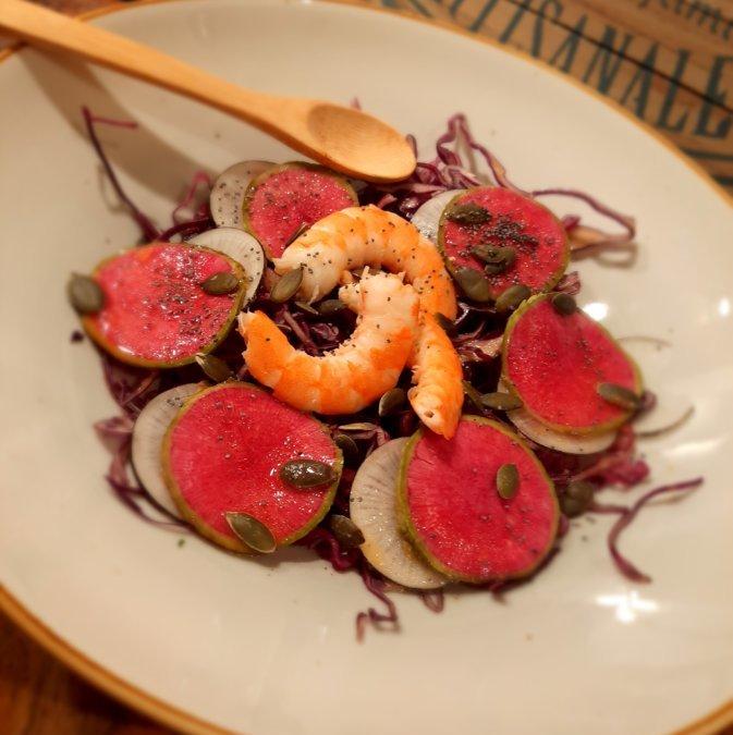 Salade de chou rouge, radis noir, radis asiatique et crevette